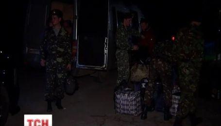 Украинские военные с семьями ночью покидают Крым