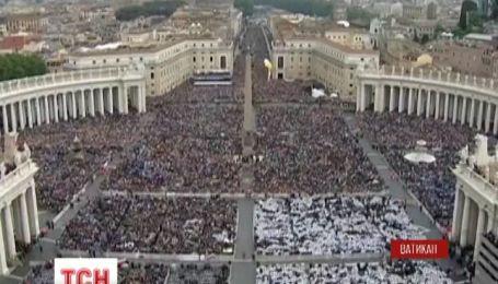 Многотысячная толпа паломников молилась на ночной службе в Ватикане