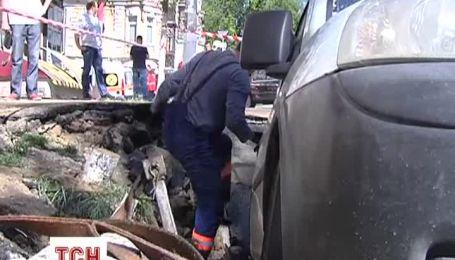 Из-за дыры в асфальте пришлось перекрыть дорогу в центре Киева