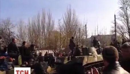 В мережу потрапило відео блокування броньованої техніки в Краматорську