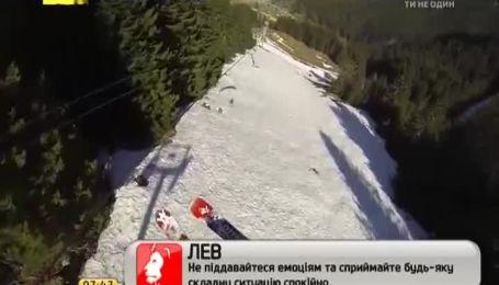Французский естремал проехался на лыжах по тросам подъемника