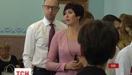 Яценюк с супругой простоял в очереди и общался с киевлянами