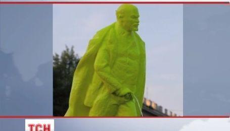 У Кракові з'явився пам'ятник Леніна, який справляє нужду
