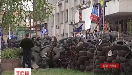 Захватчики забаррикадировались в Мариупольском горсовете