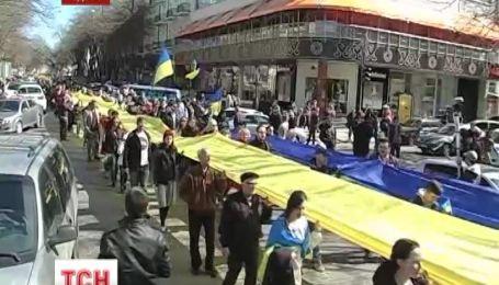 Дерибасовскую накрыл живой украинский флаг