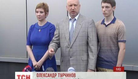 Турчинов з сім'ю простояв півгодини у черзі аби проголосувати