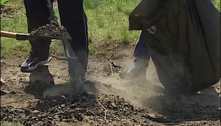 Киевляне устроили большую уборку на Осокорках
