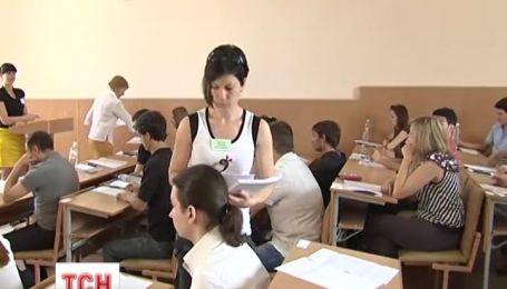 У Криму замовили атестати та дипломи українського зразка