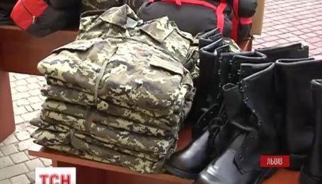 Мешканці Львівщини передали гостинці та військову амуніцію львівським прикордонникам
