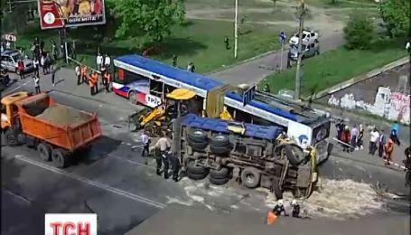 У Києві вантажівка врізалася в тролейбус із школярами