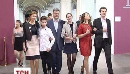 Жена Порошенко каждую свободную минуту посвящает детям