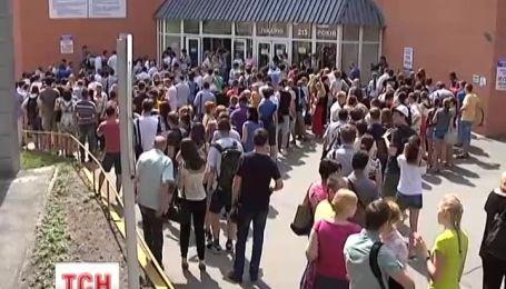 Украинцы выстраиваются в очереди чтобы сдать кровь для сыновей Украины