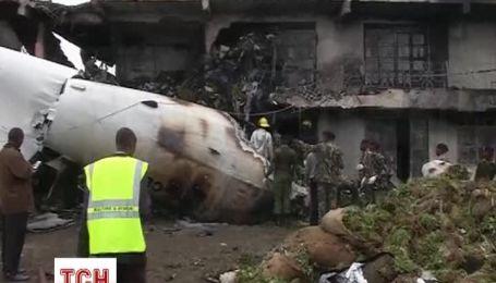Самолет рухнул на здание в аэропорта Кении