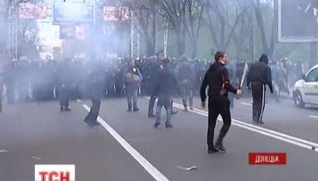 В Донецке на митинге били активистов и прохожих
