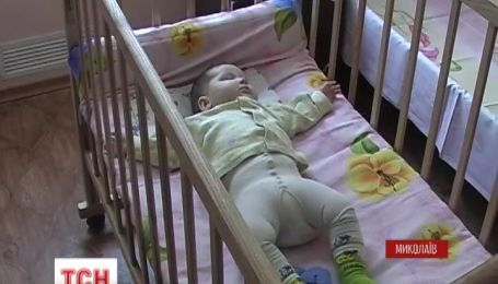В Николаеве шестимесячную девочку оставили на произвол судьбы прямо на улице