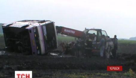 На Черкащині буревій зніс з дороги рейсовий автобус