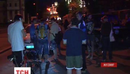В центре Житомира вооруженные неизвестные захватили в плен двадцать человек