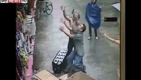 Сеть подорвало видео чудесного спасения малыша, который выпал из окна