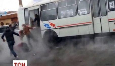 """В России """"гейзер"""" из трубы залил кипятком пассажирский автобус"""
