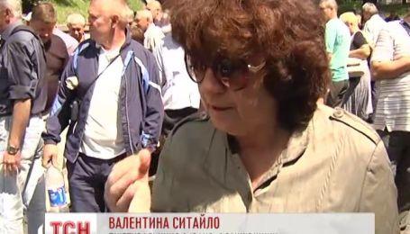 """Чернобыльцы перекрыли дорогу и выкрикивали """"позор Кабмину"""""""