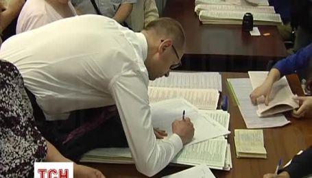 Яценюку с женой пришлось постоять в очереди, чтобы проголосовать