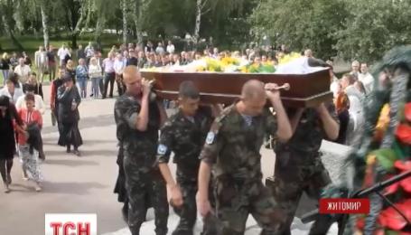 На Житомирщині сьогодні попрощалися з двома загиблими десантниками