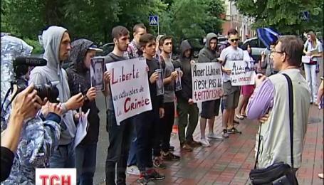 Под французским посольством в Киеве митингуют против репрессий в Крыму