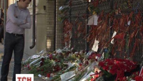Москвичи несут цветы к посольству Украины