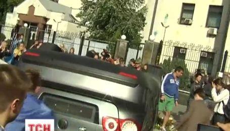 Активисты перевернули автомобили посольства России в Киеве