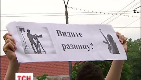 Украинского режиссера требовали освободить из российской тюрьмы под стенами посольства