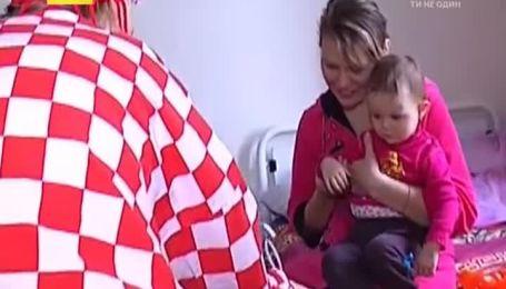 Одесситы купили коляску дедушке, который на ходулях гулял с флагом Украины