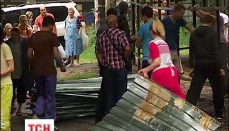 У Києві мешканці самовільно знесли будівельний паркан