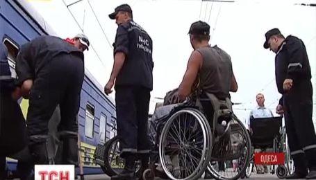 Майже дві сотні людей, чверть яких інваліди-калясочників, зі Сходу дісталися Одеси