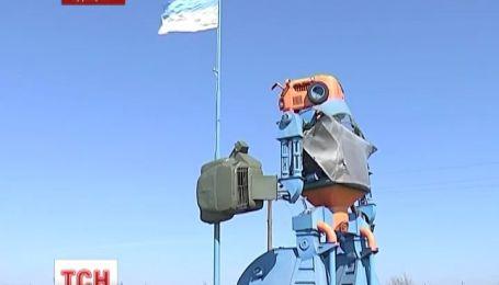 На Одещині десятиметровий  робот-трансформер підняв велетенський прапор України