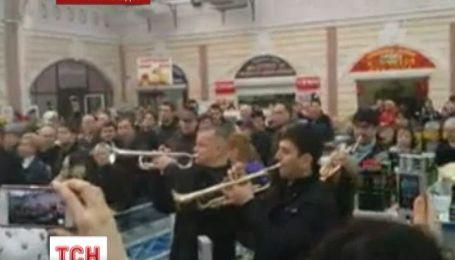 Одесситы сыграли гимн Евросоюза на знаменитом Привозе