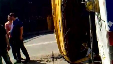 У Києві вантажівка протаранила тролейбус