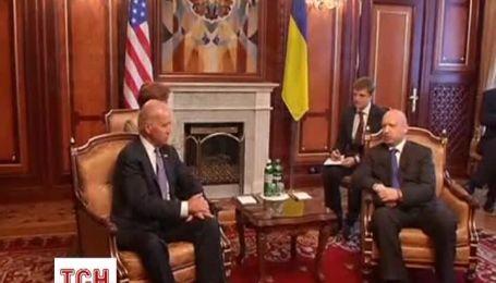 Віце-президент США зустрічається в Києві з українською владою