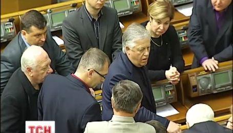 Регіонали і комуністи демонстративно залишили сесійну залу парламенту