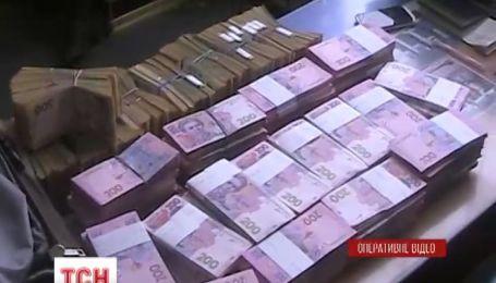 Трое севастопольцев пытались вывезти в Украину 5 миллионов гривен