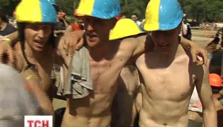 Украинские экстремалы-патриоты бегали наперегонки полосой препятствий