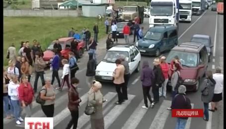 На Львовщине родственники мобилизированных также блокируют трассу.