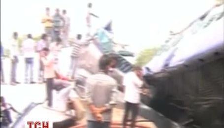 Десятки человек погибли от столкновения поездов в Индии