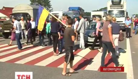 Под Житомиром полсотни жен и матерей военнослужащих на 3 часа перекрыли трассу Киев-Чоп
