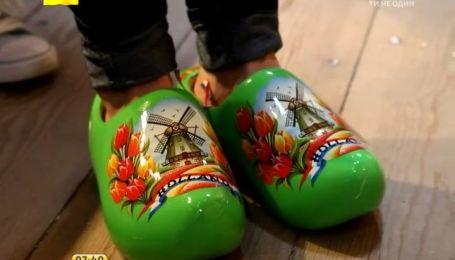 Самые популярные сувениры из Амстердама - деревянные башмаки и десерт из корней деревьев