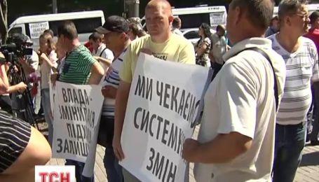 Пассажирские перевозчики устроили пикет здания правительства