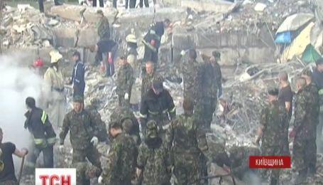 На Киевщине под обломками АЗС пытаются найти еще одного человека