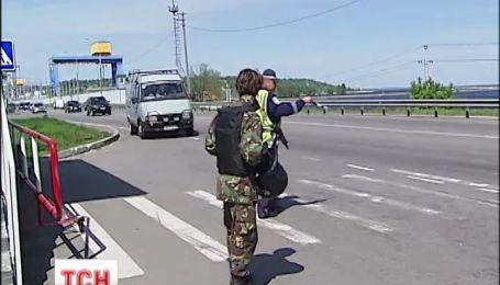 С десяток блокпостов охраняют подъезды к Киеву