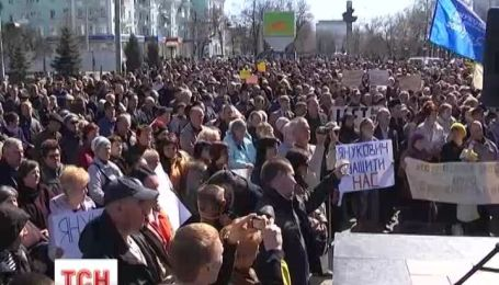 Пророссийские активисты призывают Януковича вернуться и защитить их