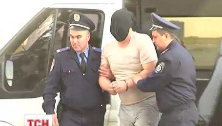 Правоохоронці затримали Какідзянова і у кайданах та масці посадили в автозак