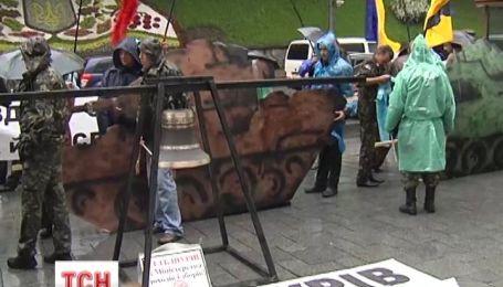 Активісти приїхали до уряду на паперових танках